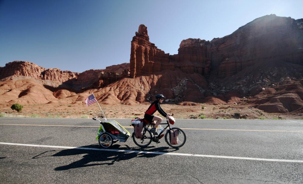 Fietsen langs rode rotsen van Utah