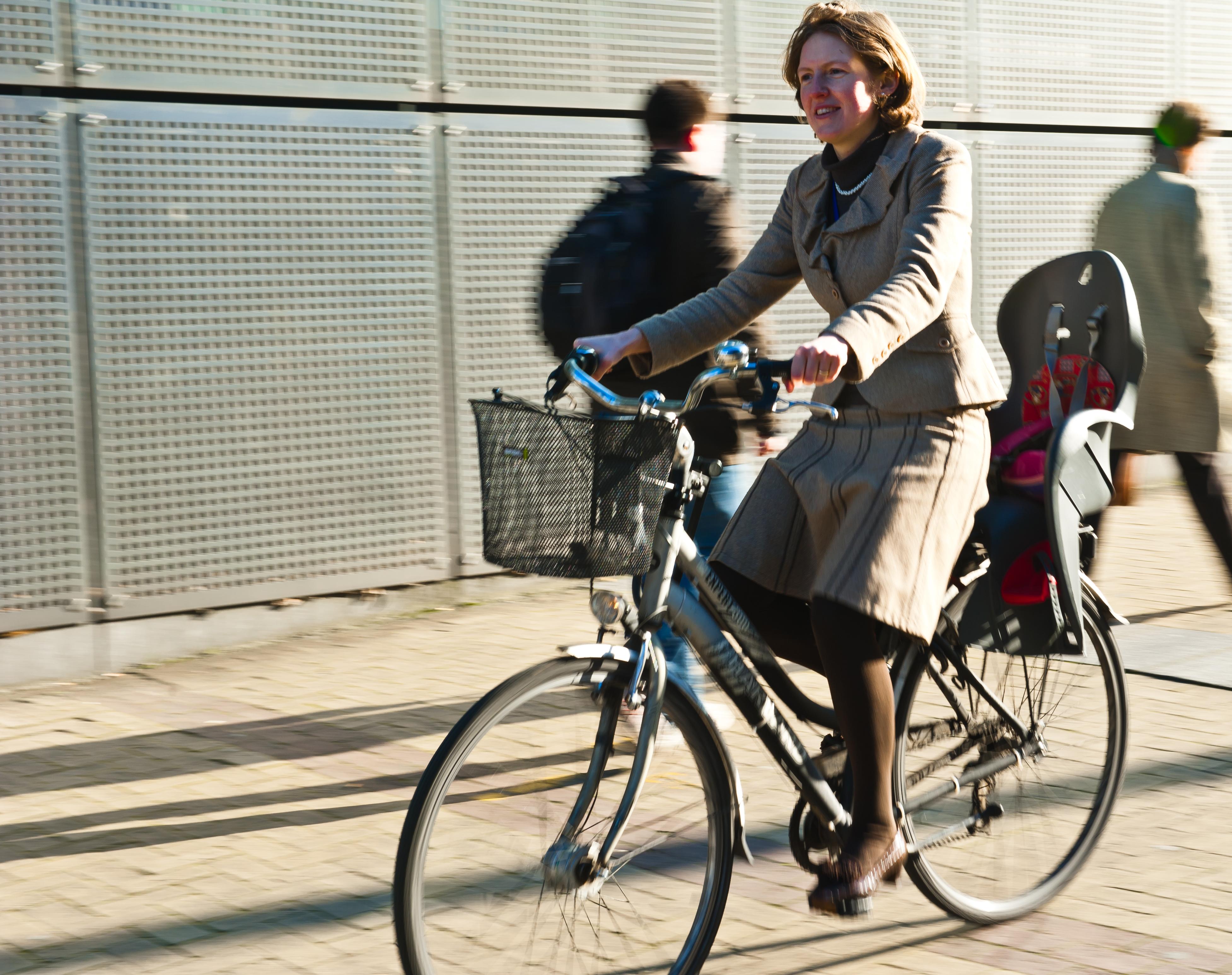 Werkneemster op de fiets