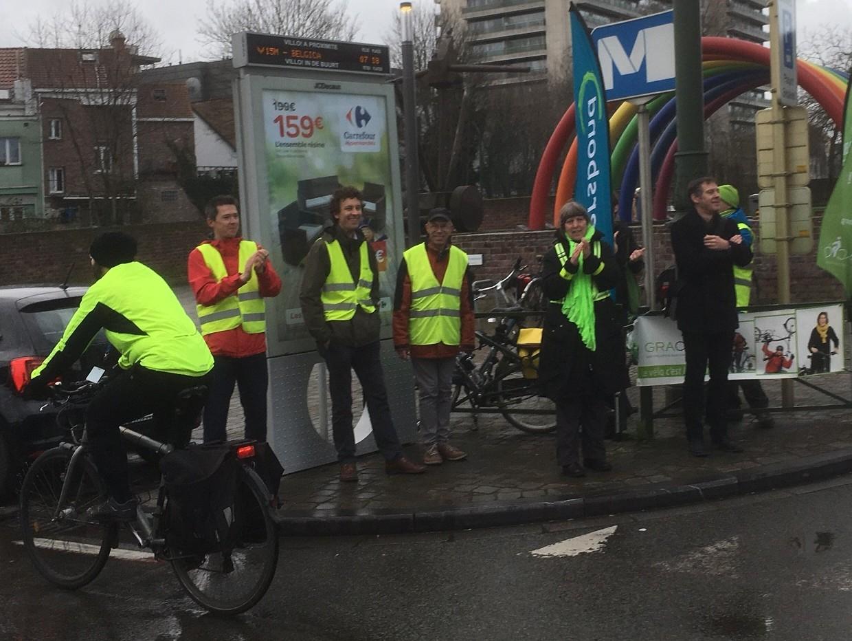 fietsers applaudiseren voor fietsers aan metro Belgica