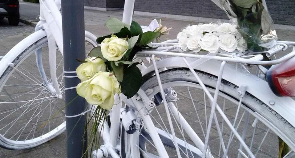 Een witte fiets, als herdenking aan een slachtoffer van een verkeersongeval